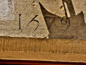 Date engraved on the facade of a house (© J.E)