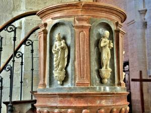 Sculptures of the pulpit of the church (© J.E)
