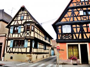 Half-timbered houses and oriel (© Jean Espirat)