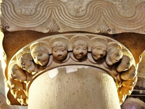 pillar with 21 heads - Church of Saint Peter and Paul (© Jean Espirat)