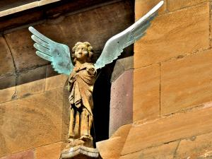 Angel on the west facade of the church (© J.E)