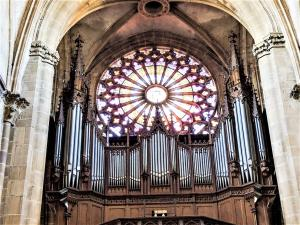 Organ and rosette of the church (© J.E)