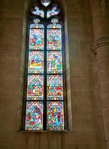 Stained glass window in the church choir (© J.E)