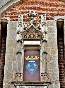Coat of arms above the entrance gate to the castle (© J.E)