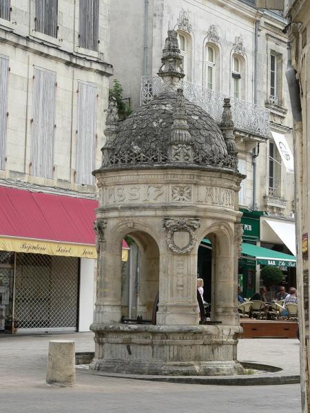 fontaine du pilori de saint jean d 39 ang ly monument saint jean d 39 ang ly. Black Bedroom Furniture Sets. Home Design Ideas