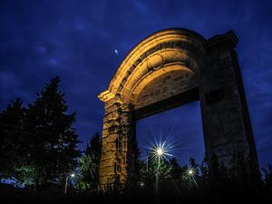 Seclin - Place Stalingrad : remains of the castle gate says Boulets