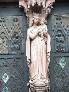 Statue of the Virgin and child on the tympanum of the cathedral (© Jean Espirat)