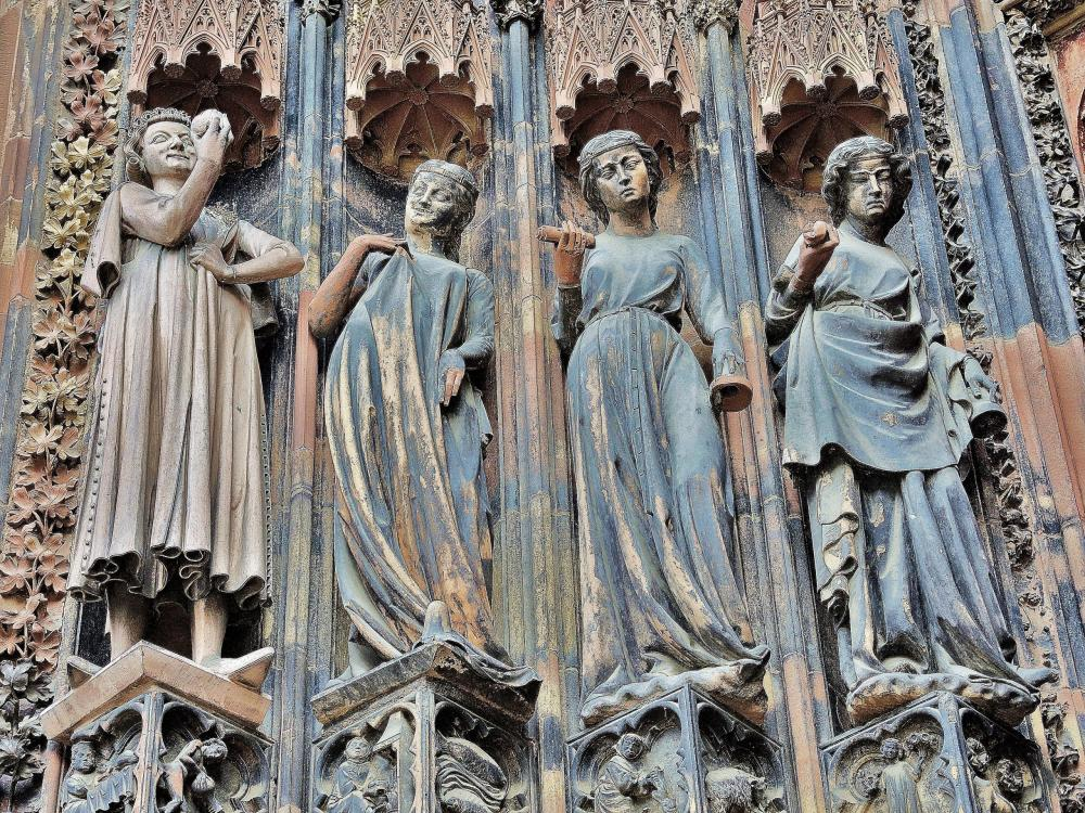 Strasbourg - the foolish virgins, the cathedral (© Jean Espirat)