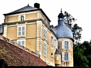 A building of the castle Miton (© J.E)