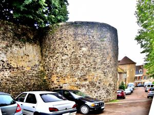 A tower of the medieval walled enclosure of the castle Miton (© J.E)