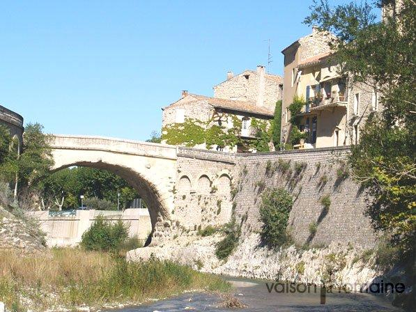 pont romain de vaison la romaine monument vaison la romaine. Black Bedroom Furniture Sets. Home Design Ideas