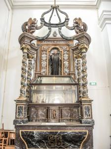 Altar with reliquary of Saint Basle - Church of Verzy (© J.E)
