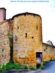 One of the towers of the medieval ramparts South ( © Jean Espirat )