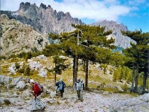 Hike in front of the needles of Bavella (© J.E)