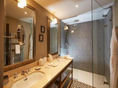 domaine de fontenille hotel in lauris. Black Bedroom Furniture Sets. Home Design Ideas