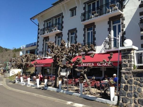 Hotel Bellevue - Holiday & weekend hotel in Chambon-sur-Lac