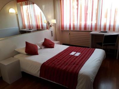 h tel escatel h tel m con. Black Bedroom Furniture Sets. Home Design Ideas
