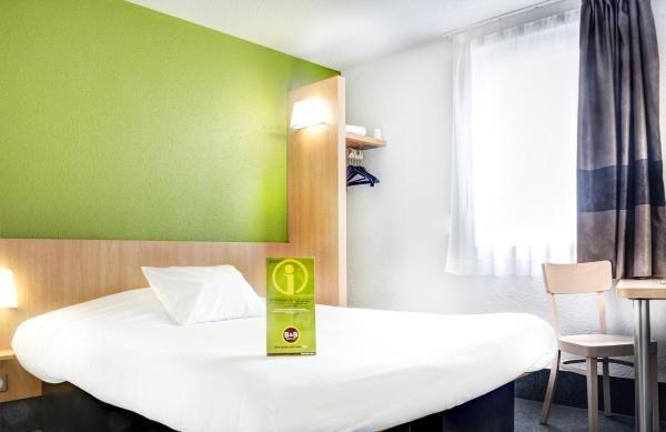 b b h tel montlu on h tel montlu on. Black Bedroom Furniture Sets. Home Design Ideas