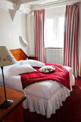 hotel schlafzimmer badezimmer holz balken weiß einrichtung