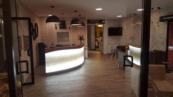 logis hotel des bourbons h tel montlu on. Black Bedroom Furniture Sets. Home Design Ideas