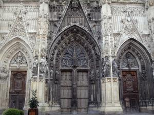 Abbeville - Facade of the Saint-Vulfran collegiate church of Flamboyant Gothic style: gates