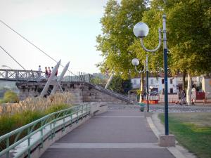 Agen - Gravier esplanade: promenade du Gravier walk, lampposts, trees and footbridge