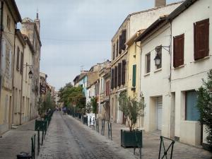 Aigues-Mortes - Street lined with houses, inside the ramparts