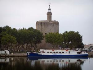 Aigues-Mortes - Constance tower (circular keep), trees and moored barge