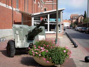 Albert - Circuit of Remembrance: the Somme 1916 museum and a cannon (remains)