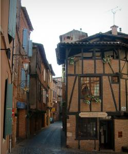 Albi - Vieil Alby house and brick-built houses in the old town