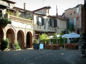 Albi - Paved square with restaurant terrace, shrubs and houses