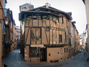 Albi - Vieil Alby house (bricks and half-timberings) and houses in the old town