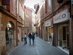 Albi - Pedestrian street with its shops and its brick-built houses