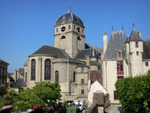 Alençon - Tower and apse of the Notre-Dame church, and Maison d'Ozé house