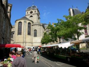 Alençon - Market at the foot of the Notre-Dame church