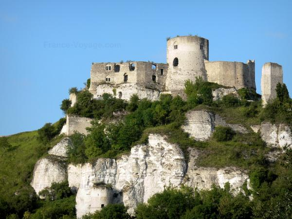 Les Andelys - Château-Gaillard: remains of the medieval fortress perched on a limestone cliff