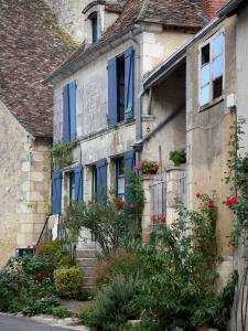 Angles-sur-l'Anglin - Houses of the village decorated with flowers and rosebushes (roses)