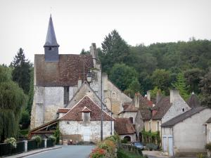 Angles-sur-l'Anglin - Sainte-Croix chapel, trees, lamppost and houses of the village