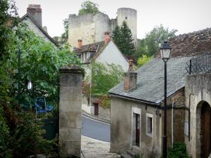 Angles-sur-l'Anglin - Ruins of the fortified castle (medieval fortress), lamppost and houses of the village