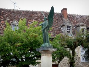 Angles-sur-l'Anglin - Statue of the war memorial, trees and houses of the village
