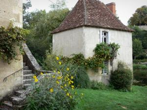 Angles-sur-l'Anglin - Stair of a house, yellow flowers and a hut by the River Anglin