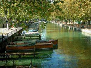 Annecy - Vassé canal and its moored boats, banks and lines of plane trees in autumn