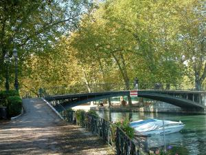 Annecy - Bank, Amur bridge spanning the Vassé canal, boat and plane trees in autumn