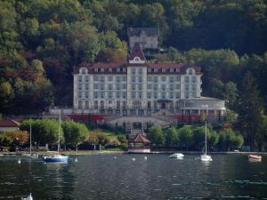 Annecy lake - Menthon luxury hotel, forest, lake and boats