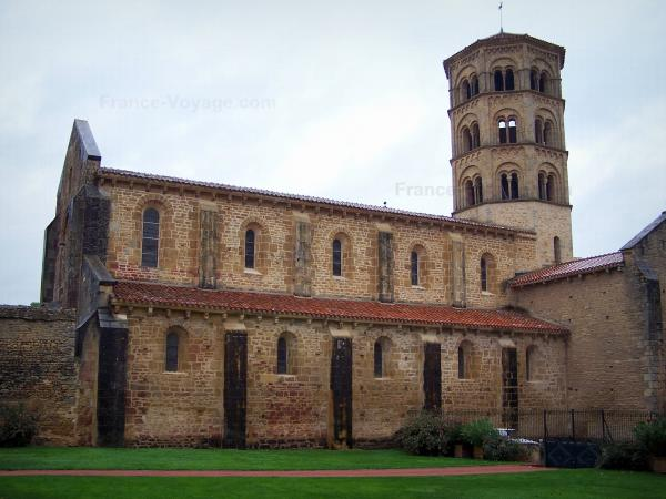 Anzy-le-Duc - Notre-Dame-de-l'Assomption church of Romanesque style with its octagonal bell tower; in Brionnais