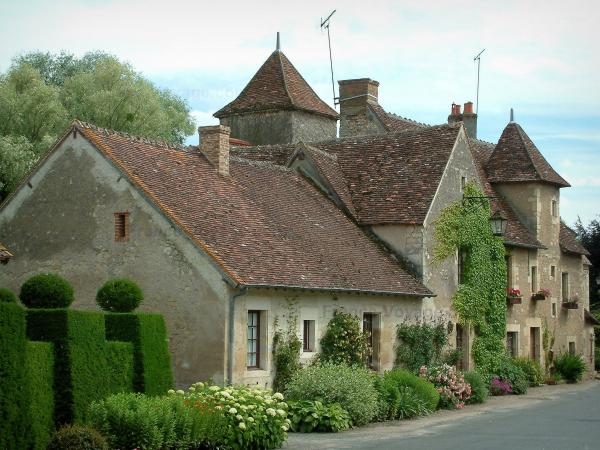 Apremont-sur-Allier - Houses of the village with plants and flowers