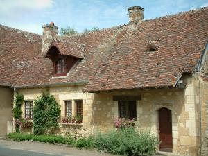 Apremont-sur-Allier - Berry house decorated with flowers and plants
