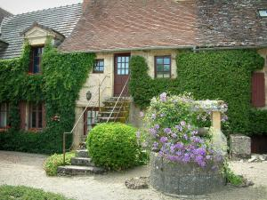 Apremont-sur-Allier - Flower-bedecked well and house facades covered with creepers