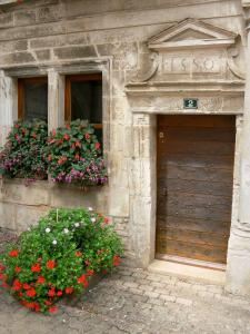 Arc-en-Barrois - Door of the Renaissance house and flowers
