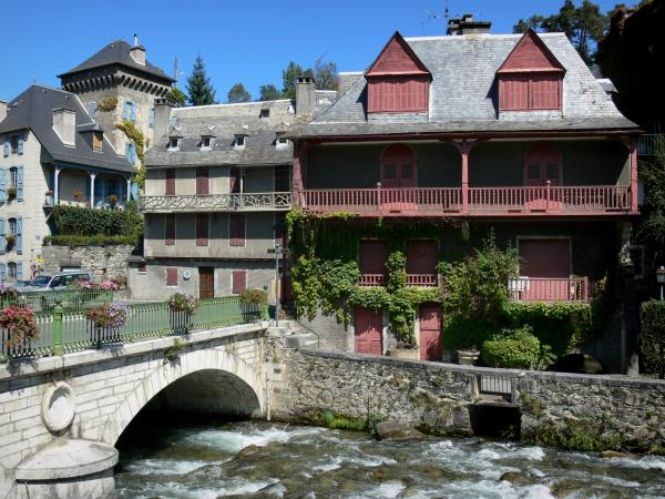 Arreau - Bridge over the river and houses of the village on the water; in the Bigorre area